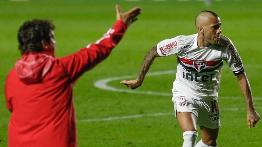 Fernando Diniz orienta São Paulo, enquanto Daniel Alves atua diante do Bahia - Marcello Zambrana/AGIF