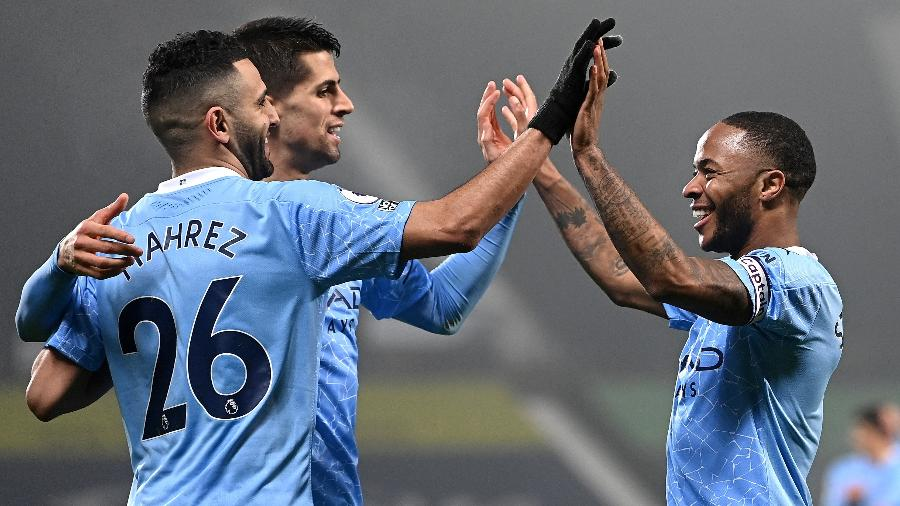 Raheem Sterling e Mahrez comemoram gol do Manchester City contra o West Bromwich Albion - Getty Images
