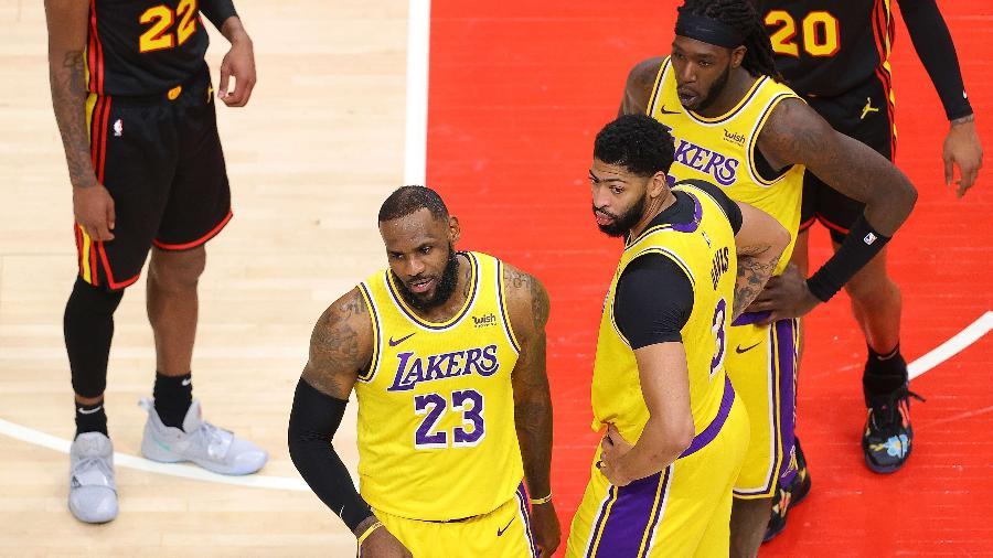 LeBron James discutiu com torcedores durante partida entre Lakers e Hawks, da NBA - Kevin C. Cox/Getty Images/AFP