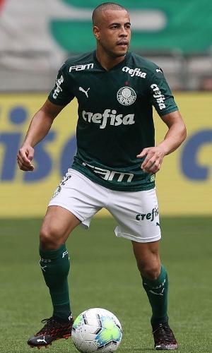 Mayke, lateral do Palmeiras, carrega a bola na partida contra o Botafogo, pelo Brasileirão 2020