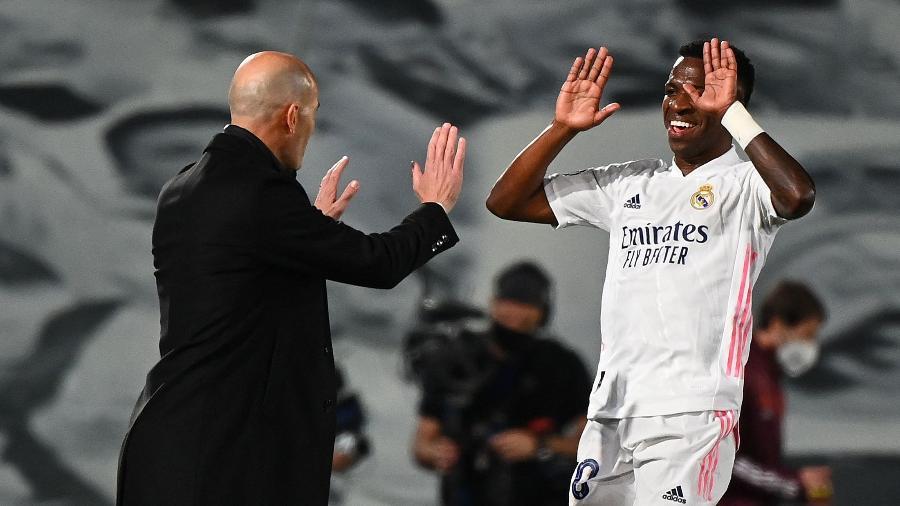 Vinicius Jr comemora com Zidane gol sobre o Liverpool pela Champions - GABRIEL BOUYS / AFP