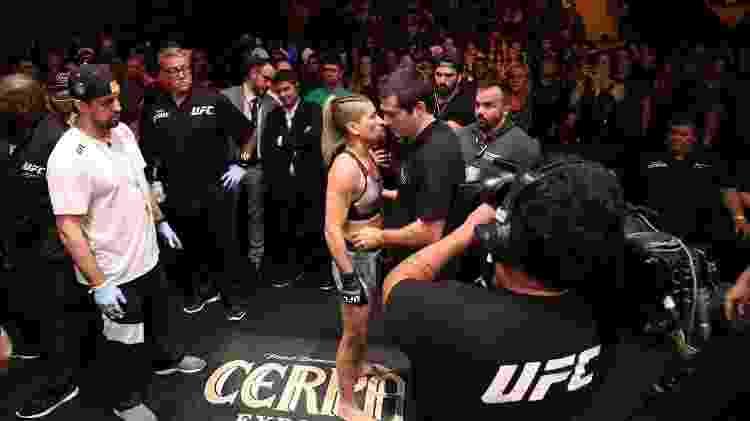 Gilliard Parana observa Priscila Pedrita antes de luta no UFC - Buda Mendes/Zuffa LLC via Getty Images - Buda Mendes/Zuffa LLC via Getty Images