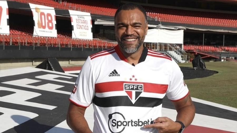 Denilson com a nova camisa do São Paulo após o anúncio de novo patrocinador - Divulgação