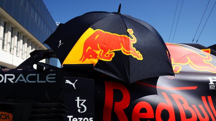Carro da Red Bull é protegido por guarda-sol no pit lane do circuito de Hungaroring, em Budapeste  - Red Bull