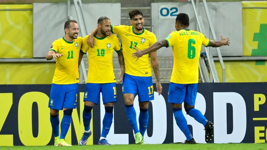 Jogadores do Brasil comemoram gol de Neymar contra o Peru pelas Eliminatórias - Pedro Vilela/Getty Images