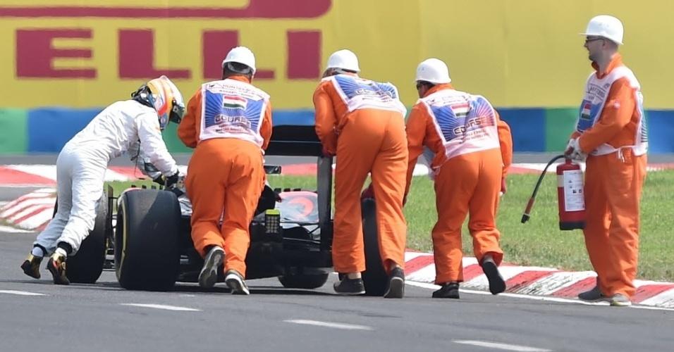 Fernando Alonso empurrou McLaren para o box depois e pane elétrica do carro. Ele ainda tentou voltar a pista, mas sem sucesso