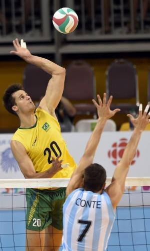 Renan em ataque pela seleção brasileira de vôlei nos Pan de Toronto