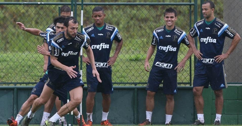 Jogadores do Palmeiras realizam treino físico em Itu
