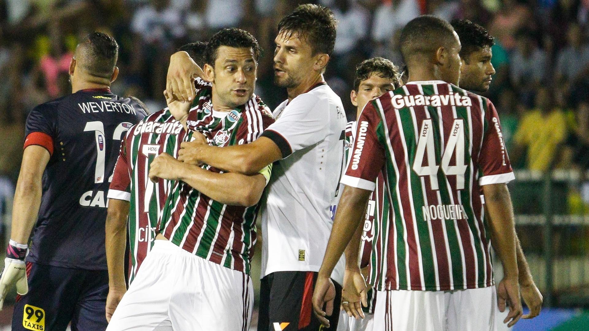 Fred se envolve em confusão com Leo e acaba expulso do jogo do Fluminense contra o Atlético-PR, pela Primeira Liga