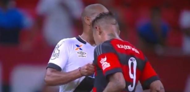 Rodrigo dá beliscão no peito de Guerrero. Peruano, em seguida, lhe deu cotovelada