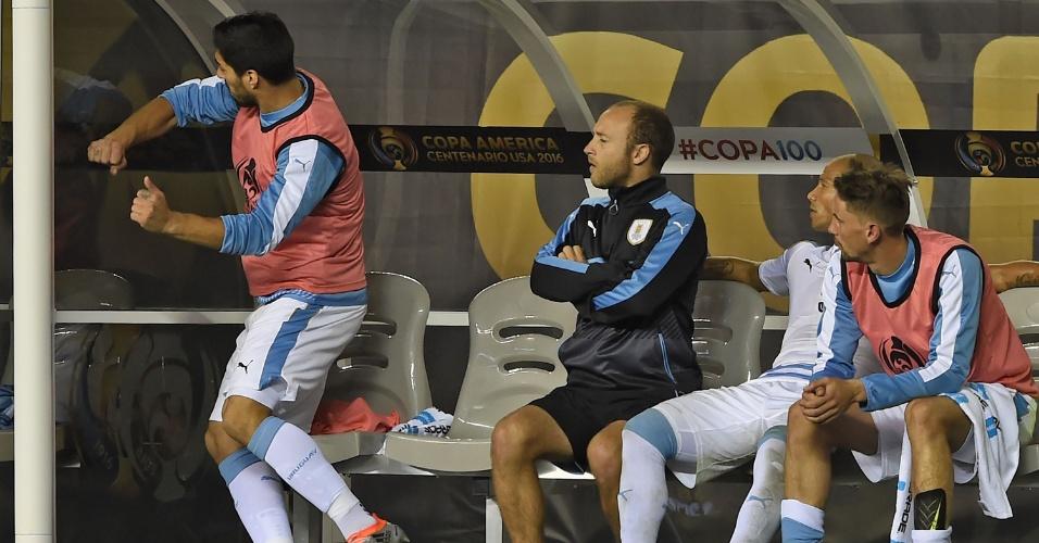 Suárez soca o vidro do banco de reservas durante a partida entre Uruguai e Venezuela
