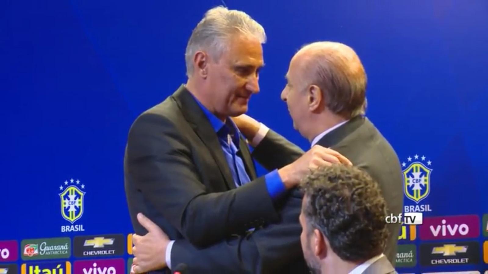 Tite abraça Marco Polo del Nero na apresentação na seleção brasileira