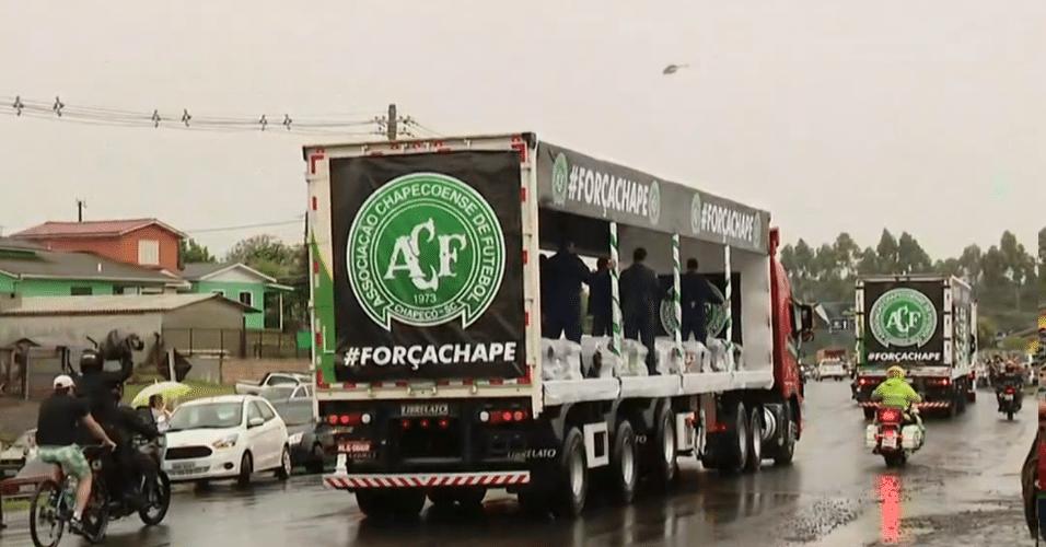 Cortejo com vítimas da tragédia percorre ruas de Chapecó até a Arena Condá