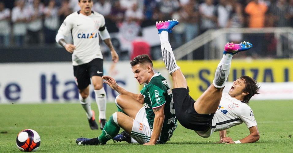Raphael Veiga, do Palmeiras, comete falta em Romero, do Corinthians