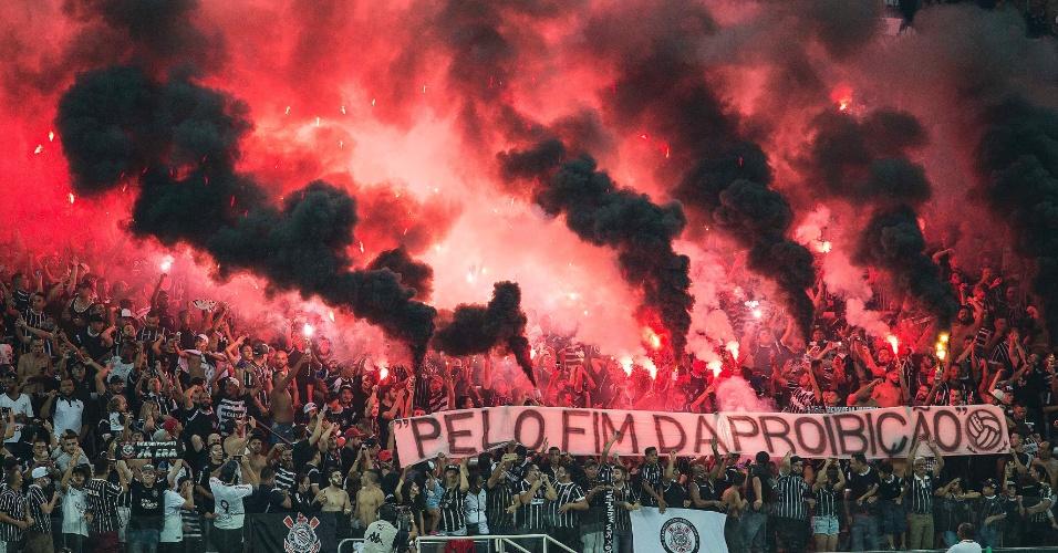 Torcedores do Corinthians protestam e pedem o fim da proibição de sinalizadores nos estádios