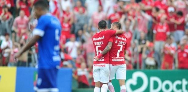 Nico López comemora com Uendel o gol do Inter contra o Cruzeiro-RS