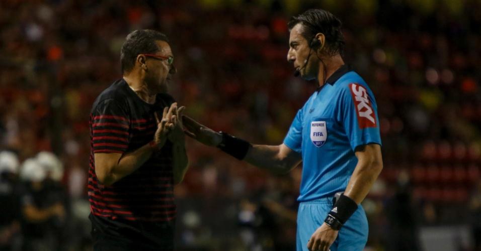 Vanderlei Luxemburgo conversa com o árbitro Raphael Claus no duelo do Sport contra o Botafogo