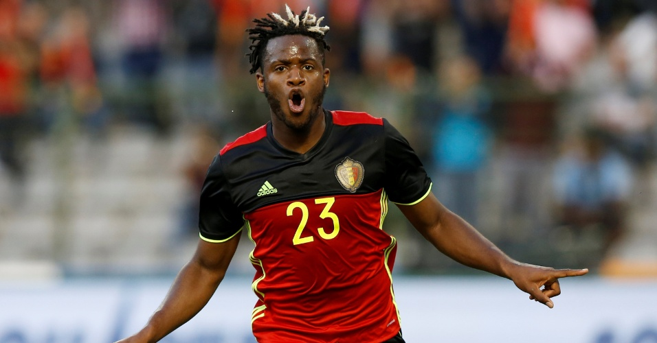 Michy Batshuayi comemora o primeiro gol da Bélgica diante da República Tcheca