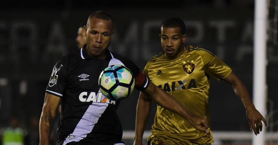 Luis Fabiano disputa lance com Patrick em São Januário