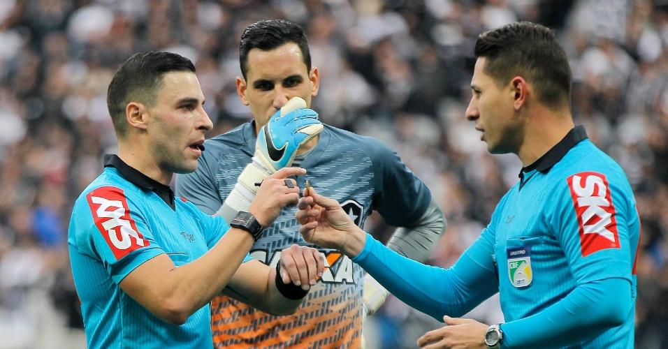 Rodolpho Toski Marques errou ao marcar pênalti para o Corinthians; falta foi fora da área