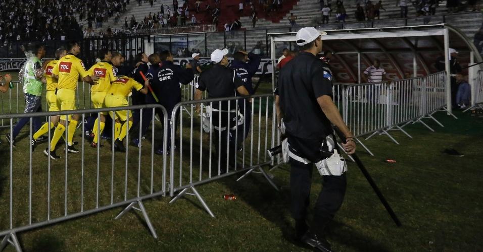 Arbitragem tenta se proteger após a partida entre Vasco e Flamengo