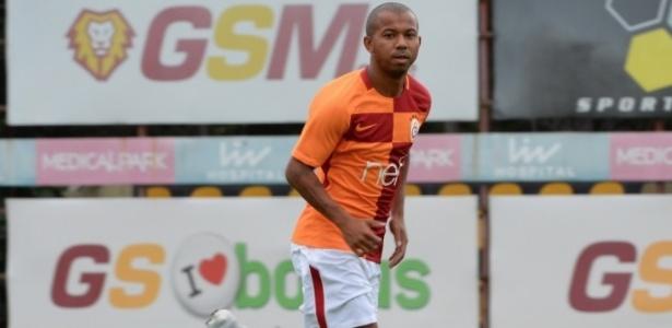 Lateral-direito Mariano posa pela primeira vez com a camisa do Galatasaray