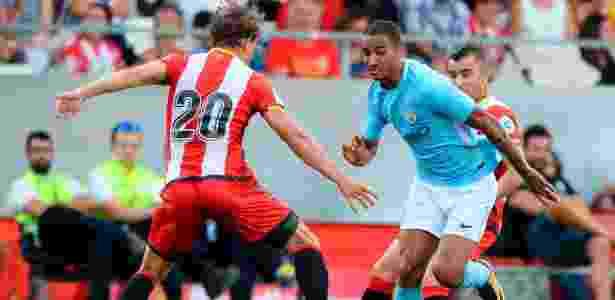 Danilo, do Manchester City, disputa bola com Marc Muniesa, do Girona - Josep Lago/AFP