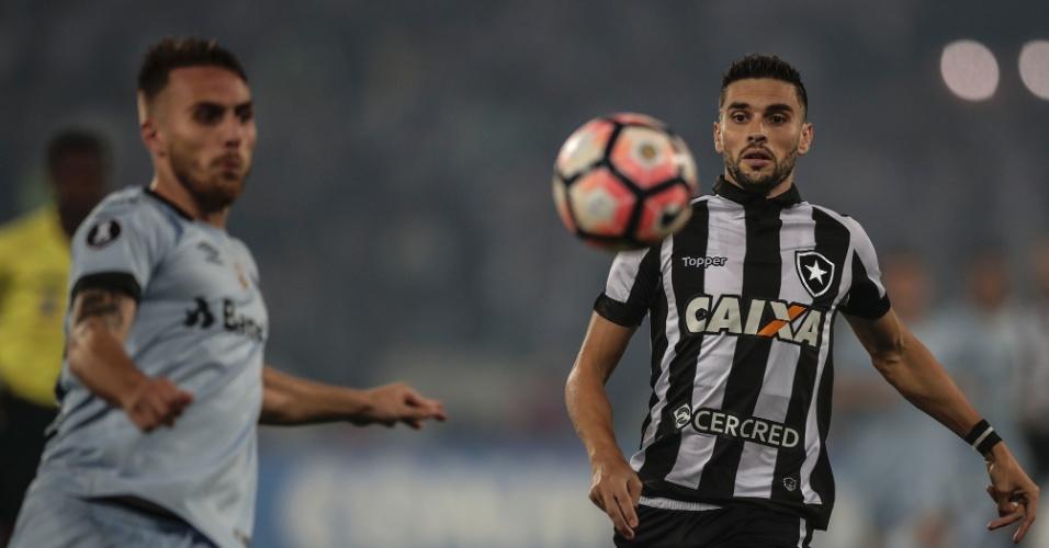 Bressan e Rodrigo Pimpão disputam bola em Botafogo x Grêmio