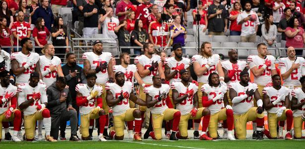 Jogadores do San Francisco 49ers ajoelham durante o hino nacional em protesto contra o racismo