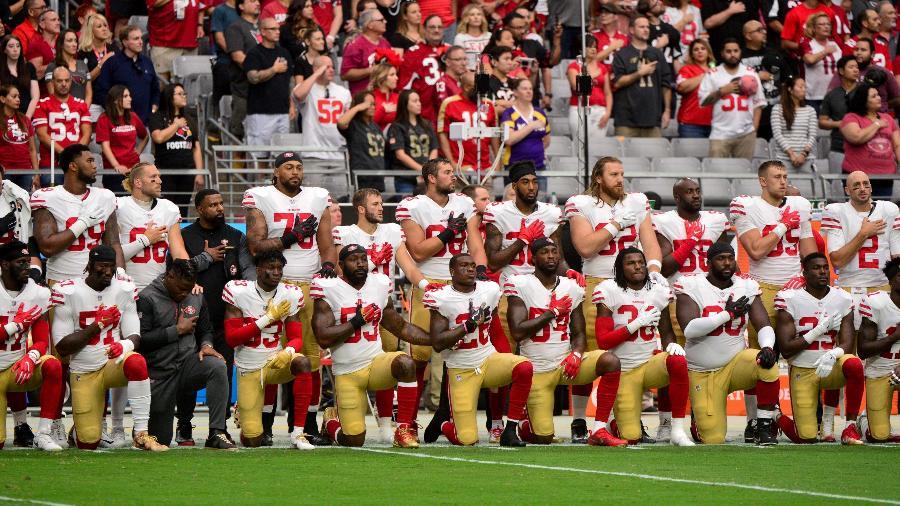 Jogadores do San Francisco 49ers ajoelham durante o hino nacional em protesto contra o racismo - REUTERS/Matt Kartozian