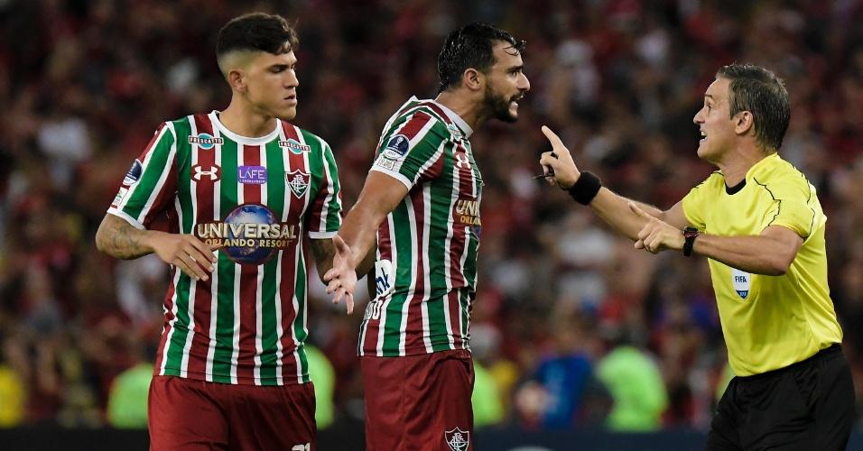 Henrique Dourado, do Fluminense, reclama com o árbitro do clássico contra o Flamengo