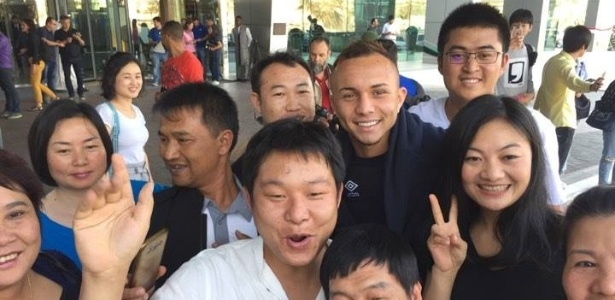 Gremista Everton é tietado por torcedores japoneses em Al Ain