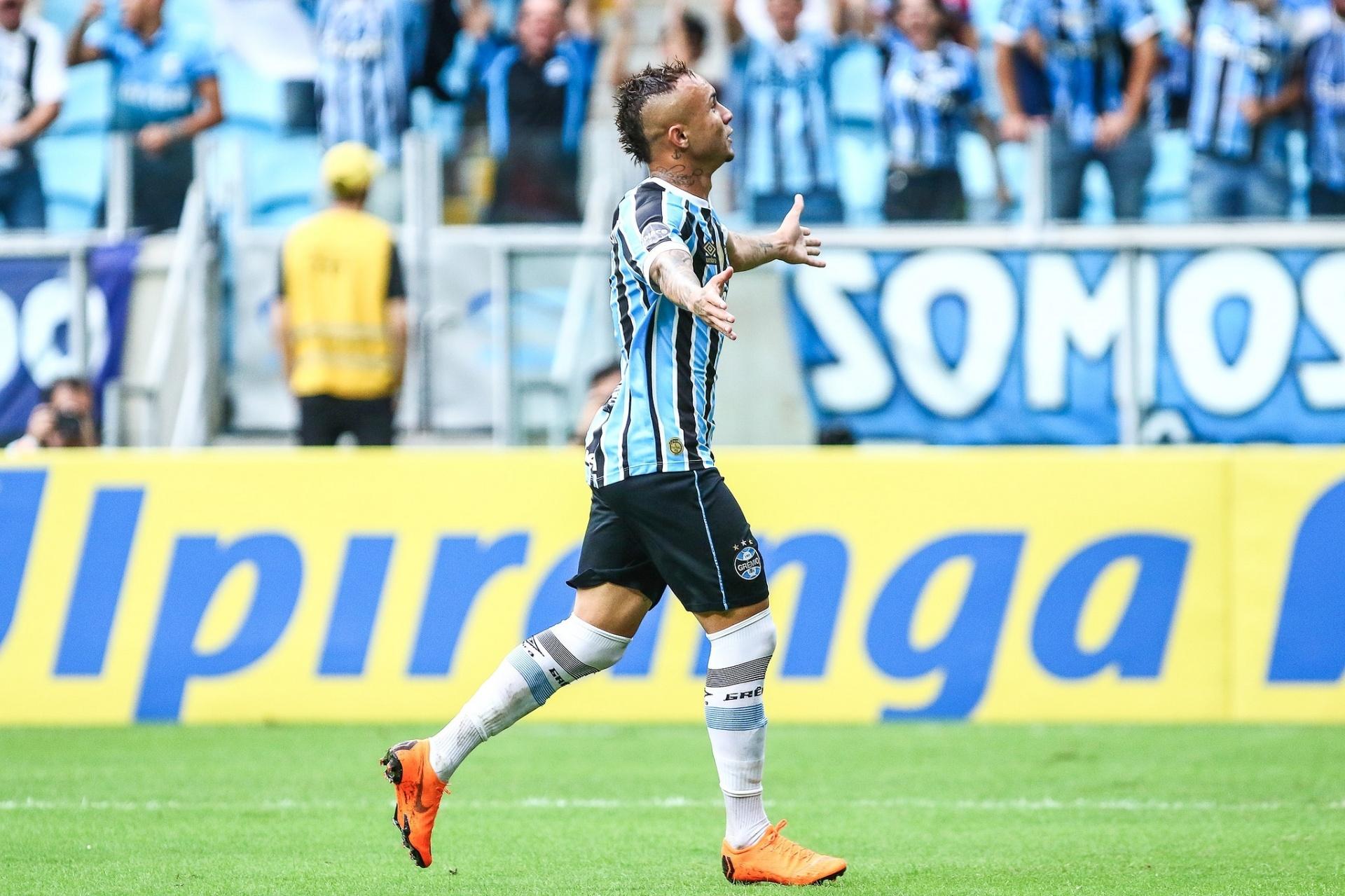 Everton repete passos de P. Rocha e se valoriza ainda mais no Grêmio -  03 04 2018 - UOL Esporte ecdfdb5b8bbdb