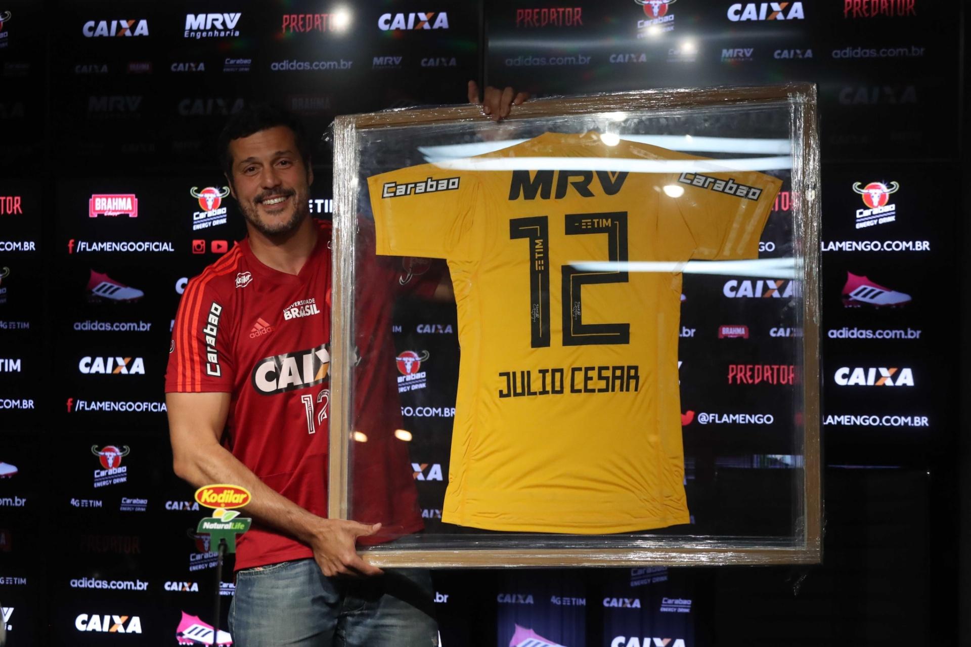 38181c3be5 Do primeiro ao último passo  a despedida do goleiro Julio Cesar -  21 04 2018 - UOL Esporte