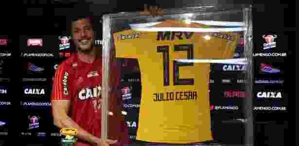 O goleiro Júlio César com o quadro e a camisa comemorativa que usará na despedida - Gilvan de Souza/ Flamengo - Gilvan de Souza/ Flamengo