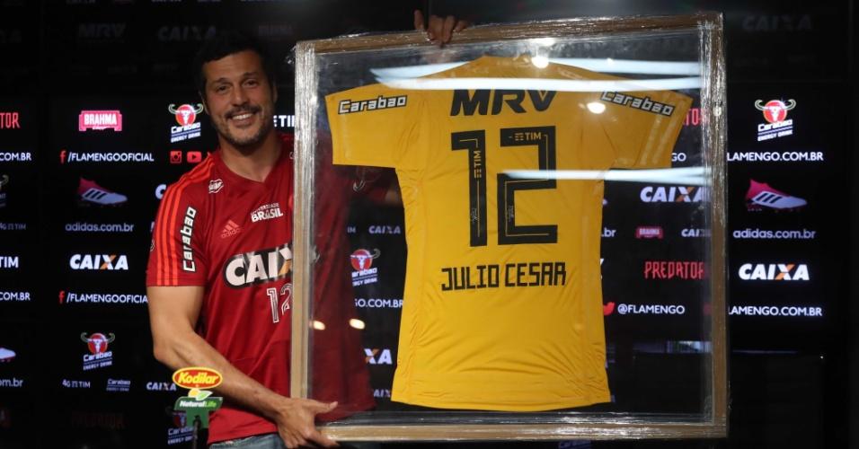 O goleiro Júlio César com o quadro e a camisa comemorativa que usará na despedida