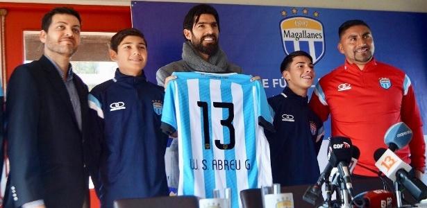 Loco Abreu é apresentado pelo Magallanes, da segunda divisão do Chile