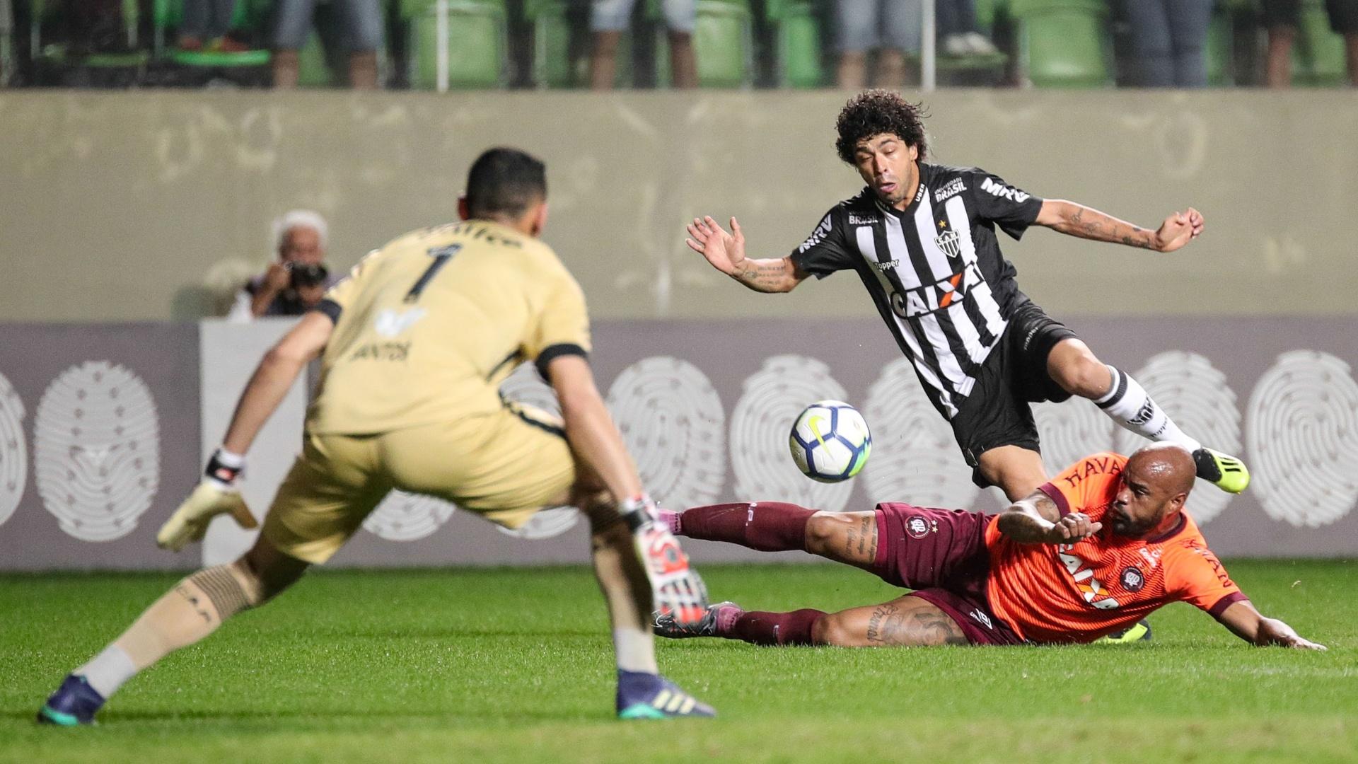 Luan e Thiago Heleno dividem bola durante Atlético-MG x Atlético-PR