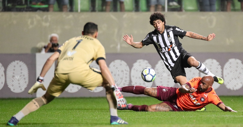 bd7f6f993e Luan e Thiago Heleno dividem bola durante Atlético-MG x Atlético-PR