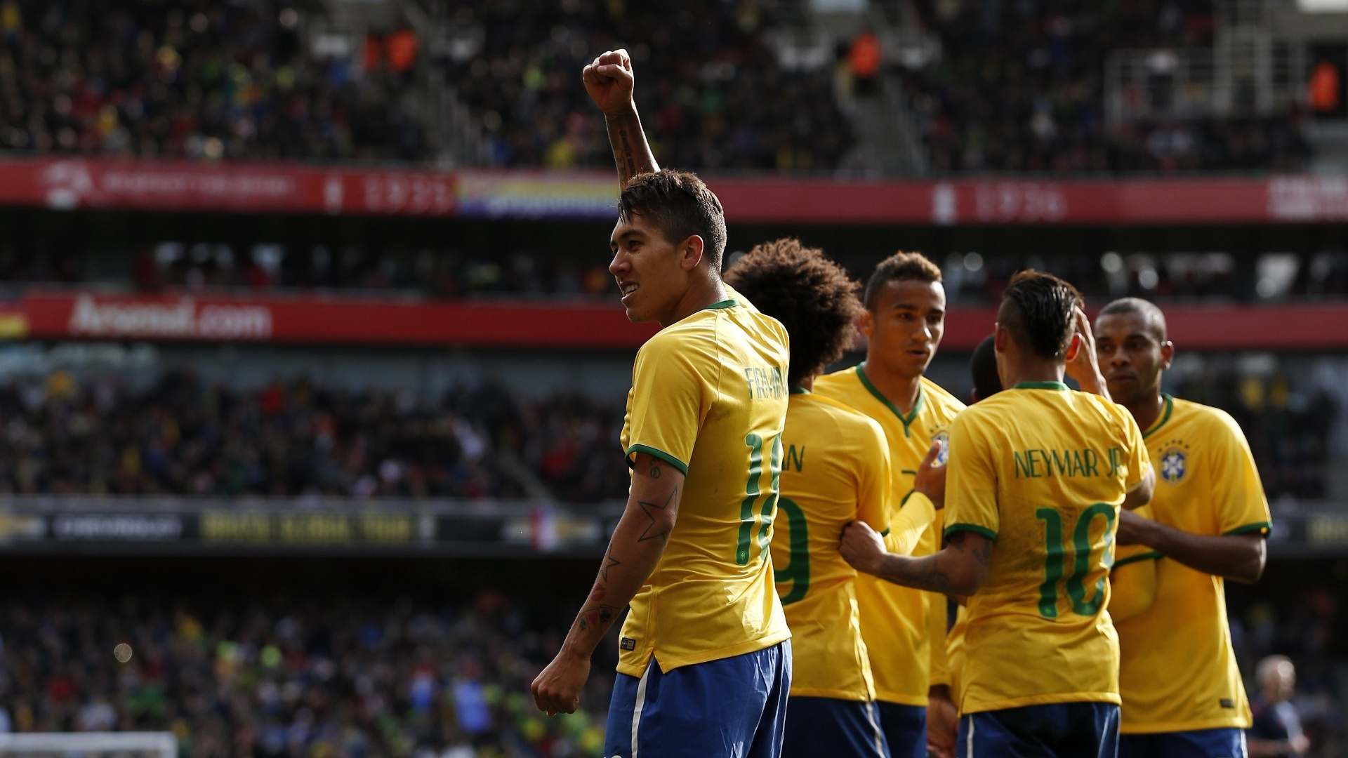 Roberto Firmino comemora gol marcado pela seleção brasileira em amistoso contra o Chile, no Emirates Stadium, em 2015