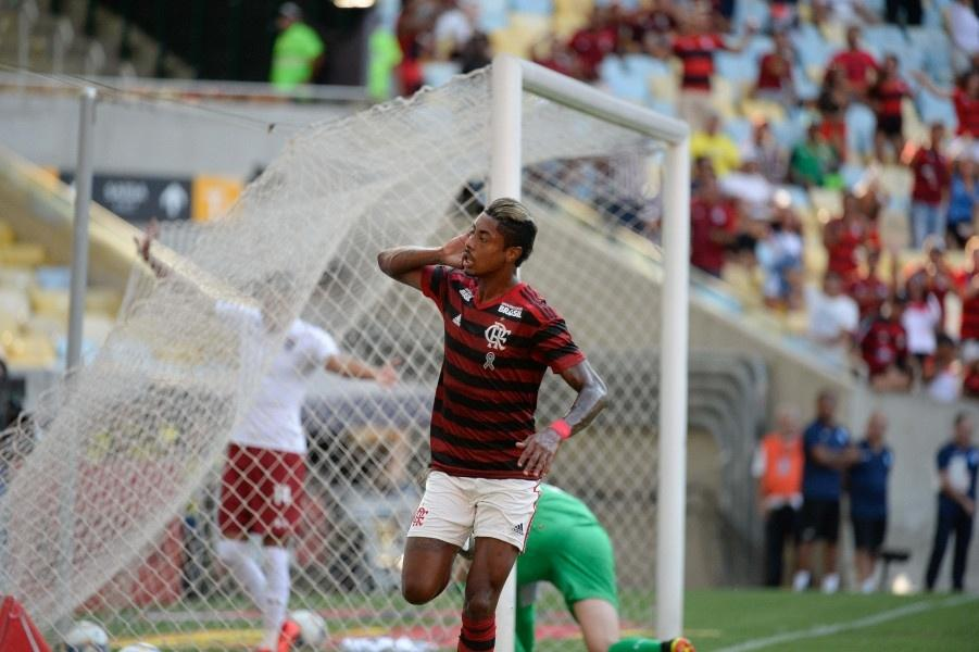 Bruno Henrique comemora gol do Flamengo contra o Fluminense