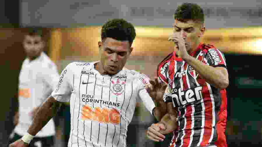 Júnior Urso e Vítor Bueno disputam a bola no clássico Corinthians x São Paulo - Marcello Zambrana/AGIF