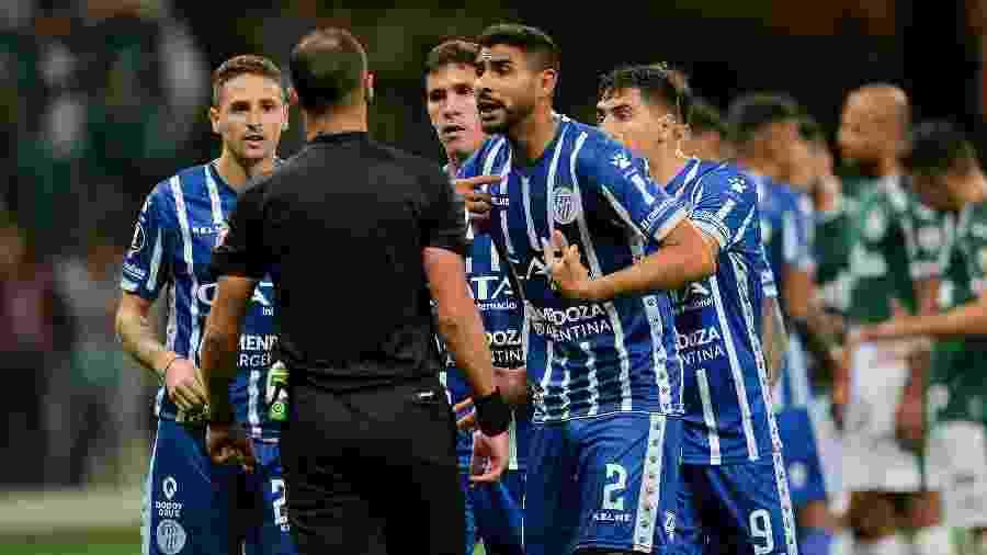 Jogadores do Godoy Cruz reclamam com o árbitro durante oitavas de final da Libertadores - Duda Bairros/AGIF