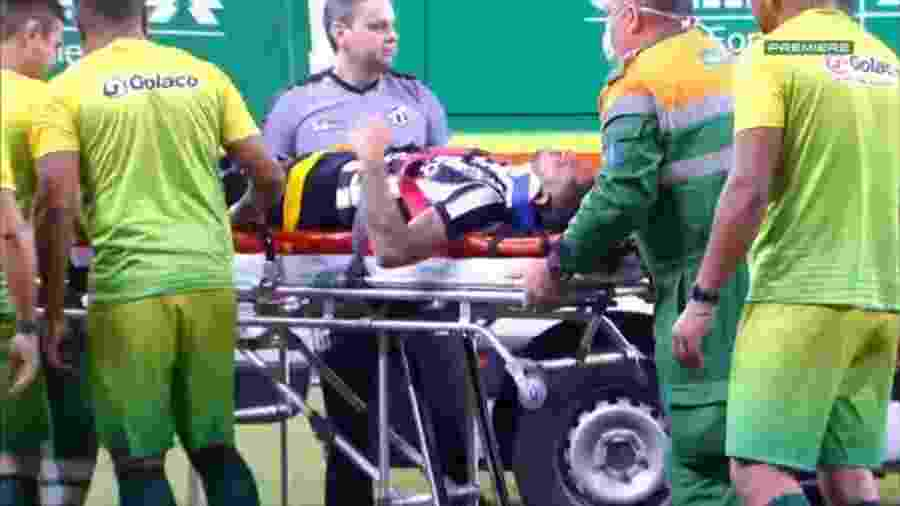 Jogador do Ceará cai desacordado e vai a hospital após choque de cabeça - Reprodução