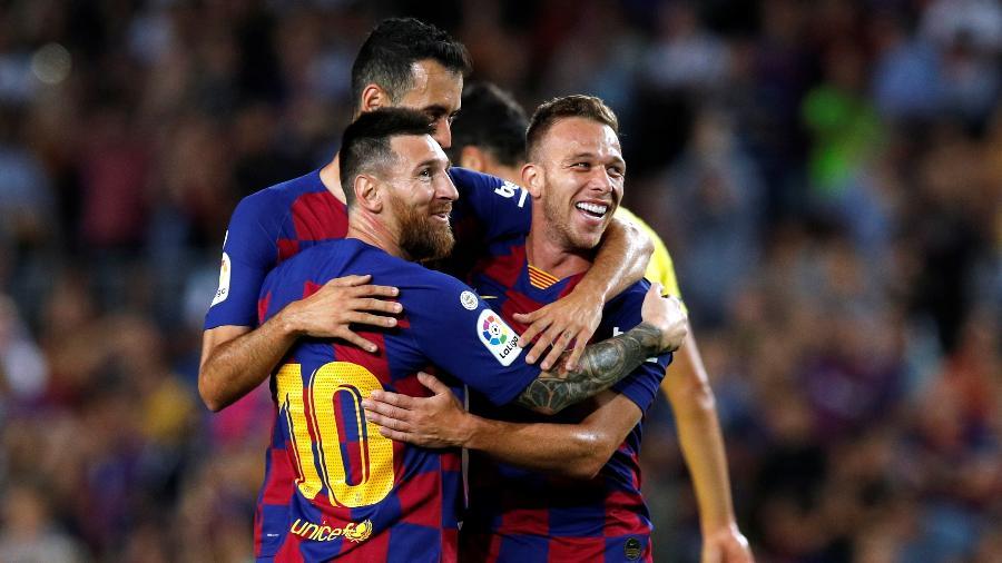 Arthur comemora após marcar pelo Barcelona contra o Villarreal e é abraçado por Messi e Busquets - Albert Gea/Reuters