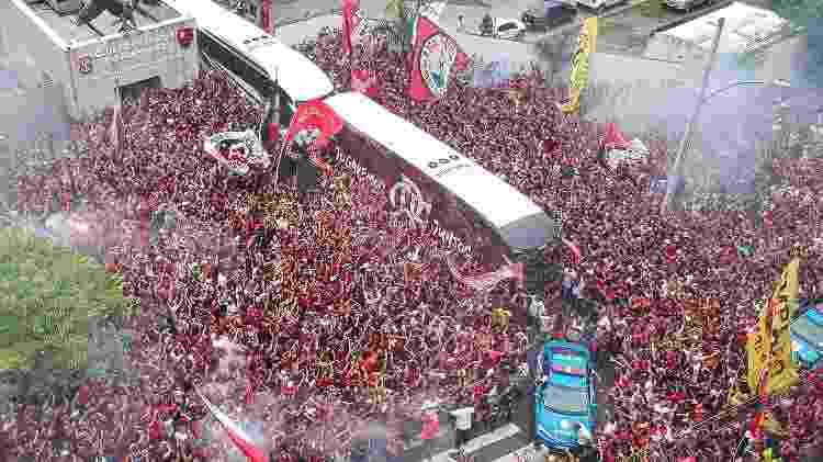 Festa da torcida do Flamengo no embarque para o Peru - Allan Carvalho/AGIF - Allan Carvalho/AGIF