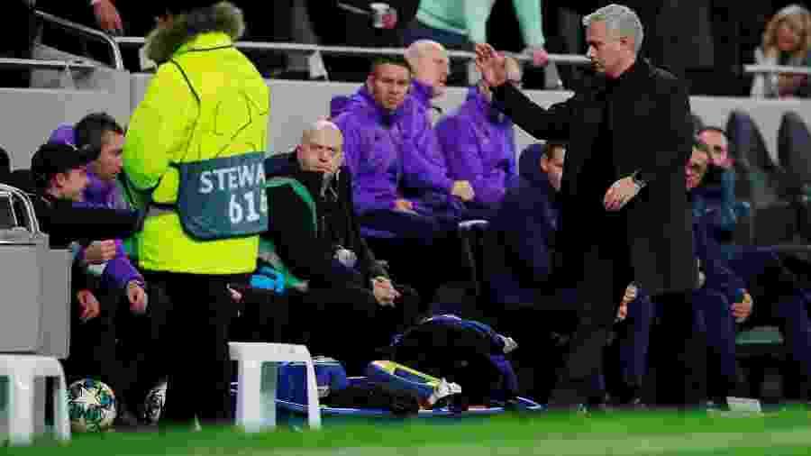 José Mourinho cumprimenta o gandula do Tottenham após sair o gol de empate - Andrew Couldridge/Reuters