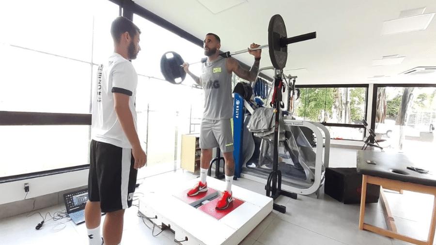 Zagueiro Leandro Castan realiza avaliações com fisiologista durante a reapresentação do Vasco no CT do Almirante - Carlos Gregório Júnior / Vasco
