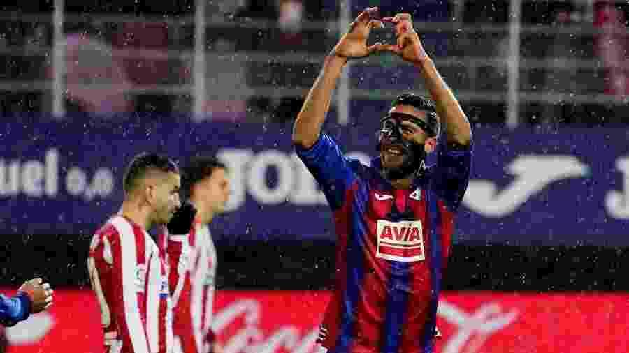 Esteban Burgos comemora seu gol pelo Eibar contra o Atlético de Madri - REUTERS/Vincent West