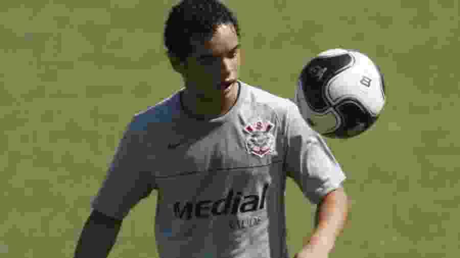 Lulinha brinca com a bola durante treino do Corinthians - Rivaldo Gomes/Folhapress
